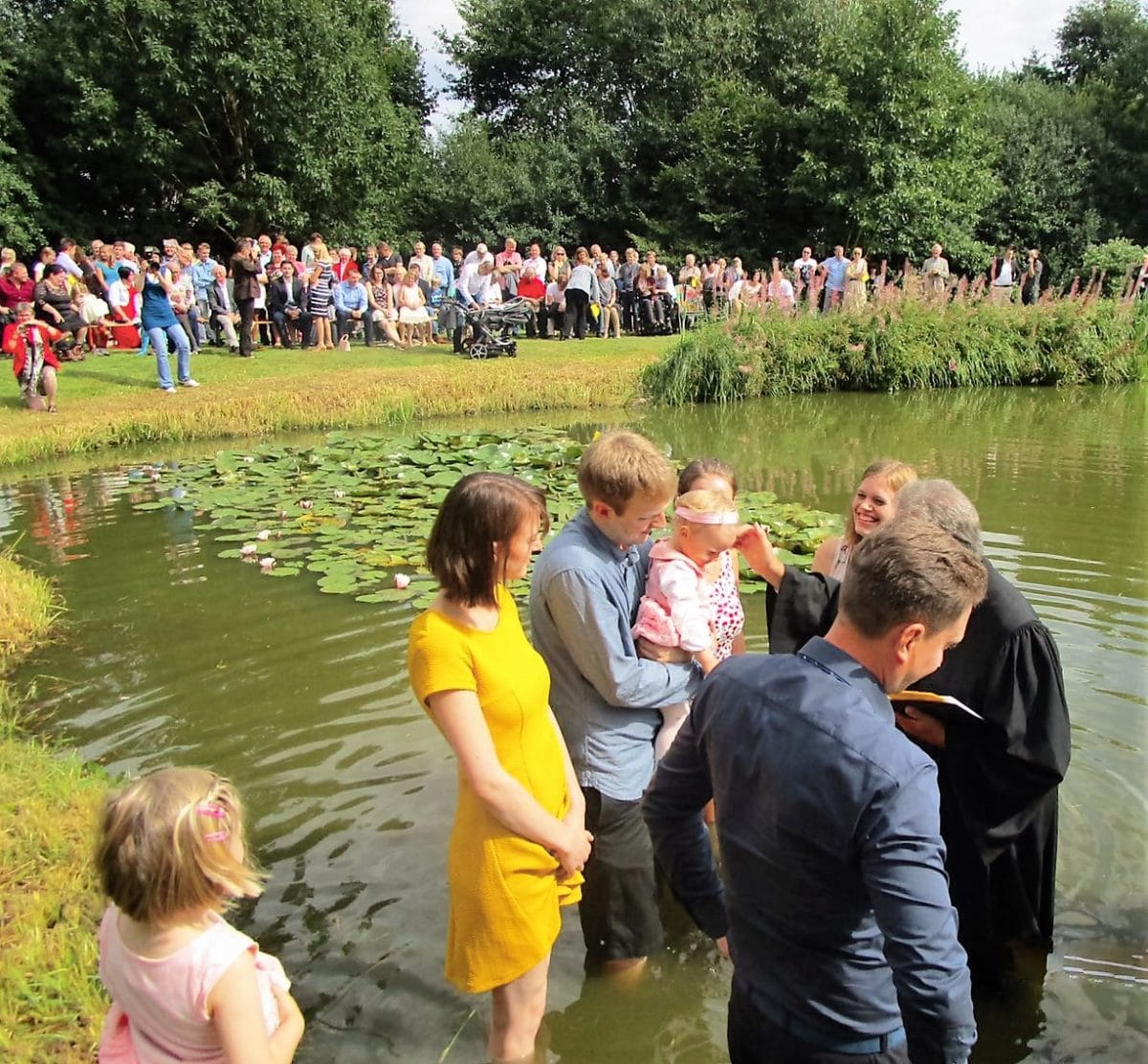 Wie die kleine Emmi einmal im See getauft wurde