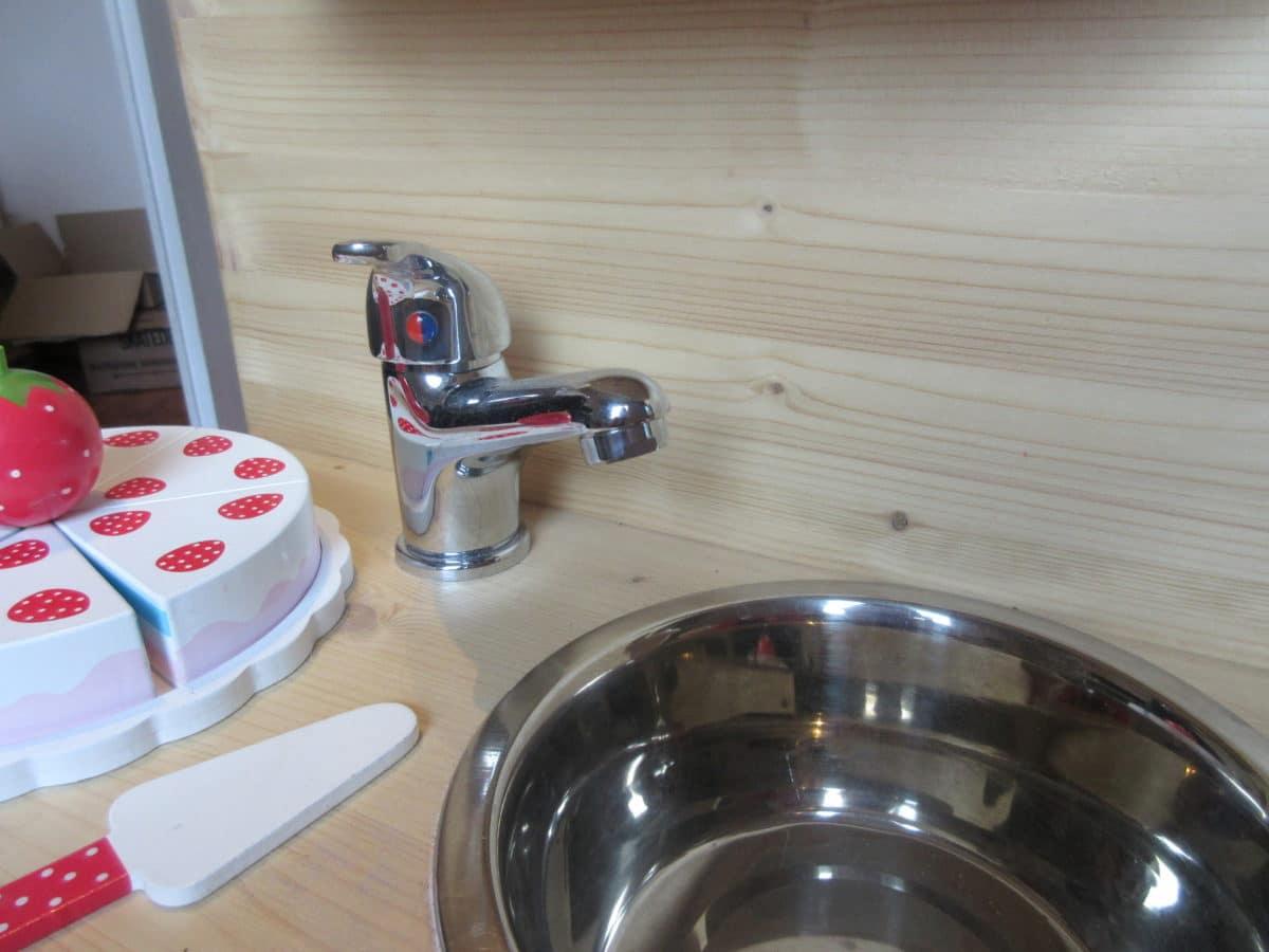 Jedenfalls Befindet Sich Auf Der Einen Seite Das Waschbecken (großes  Hundenapf) Mit Wasserhahn (ein Einfacher Aus Dem Baumarkt), Einem  Kühlschrank Und ...